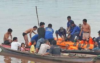 Para tim relawan dari BPBD Pulang Pisau, Balakar 545 dan arga saat menemukan korban dan hendak mengangkatnya untuk dibawa ke rumah duka.