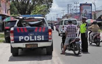 Seorang pengendara sepeda motor terjaring petugas dari Satuan Lalu Lintas lantaran tidak mengenakan helm, Kamis (2/11/2017).