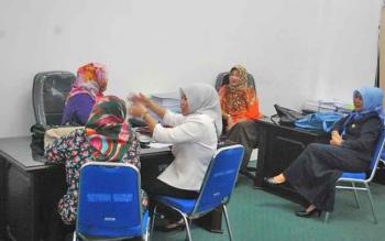 sejumlah anggota DPRD Barito Utara saat berbincang bersama di salah satu ruang komisi.
