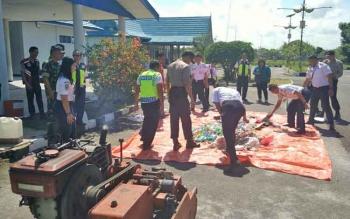 Sejumlah petugas dari Bandar Udara H Asan Sampit bersama aparat kepolisian saat mempersiapkan pemusnahan hasil sitaan dari penumpang pesawat.