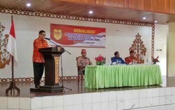 Wakil Bupati Gunung Mas Rony Karlos menyampaikan sambutan saat Sosialisasi Peningkatan Demokratisasi di Gedung Pertemuan Umum Damang Batu, Kuala Kurun, Kamis (2/11/2017).