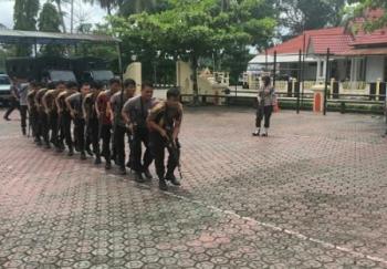 Personel Polres Barito Utara mengikuti latihan Pleton Tangkas, Kamis (2/11/2017).