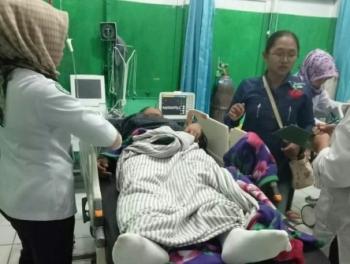 Sugiyarto, korban tersengat listrik, saat menjalani perawatan medis di RSUD Muara Teweh, Kabupaten Barito Utara, Kamis (2/11/2017).