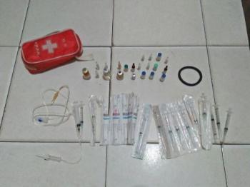 Kotak P3K beserta obat-obatan dan alat suntik yang diamankan dari tangan tersangka Loto.