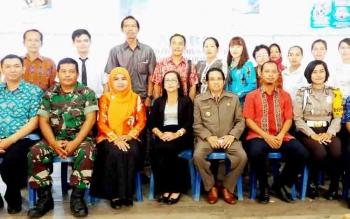 Baju batik merah Sekcam Dusun Selatan, Mario foto bersama seusai pelantikan perangkat Desa Sababilah beberapa waktu lalu