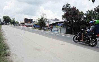 Pasir berserakan menutupi badan Jalan Tjilik Riwut Km 8 Palangka Raya. Pasir ini dinilai sangat berbahaya bagi pengendara karena bisa mengakibatkan terjadinya kecelakaan lalu lintas