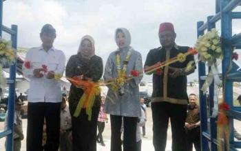 Bupati Kobar Nurhidayah, Kepala Balai Karantina Pertanian Banun Harpini serta dua anggota DPR RI asal kabupaten Kobar Hamdhani dan Rahmat Nasution Hamka saat pengguntingan IKH pita Jumat (3 /12017)