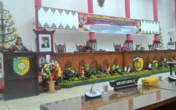 Ketua Bapemperda DPRD Kota Palangka Raya, Anna Agustina Elsye membacakan 14 usulan Raperda dalam rapat paripurna, Jumat (3/11/2017)