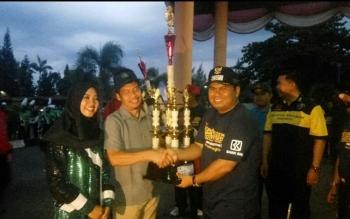 Koordinator CSR CBI Kharis Nuryanto dan Field Commander Marching Band CBI Siti Wahdah saat menerima piala Juara Umum Bupati Cup 2017