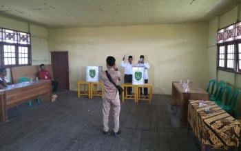 Pemungutan suara pilkades di Desa Sungai Baru.