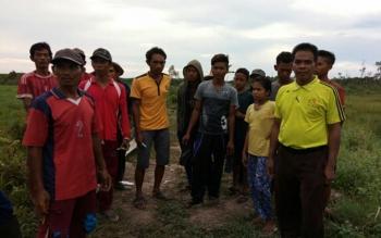 Puluhan warga mencari siswa SMKN 1 Mendawai yang hilang sejak, Minggu (29/10/2017).