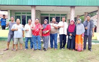 HM Syairi (empat kiri) bersama istri, Aprilia Purwaningsih, saat berada di kediaman sementara mereka yang juga menjadi posko tim, di Jalan Jais, RT 09, Kelurahan Mendawai, Kota Sukamara, Jumat (3/11/2017).