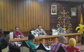 Deputi KPK, Hery (tengah) saat monitoring evaluasi di Kantor Gubernur Kalteng.