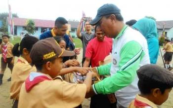 Wakil Wali Kota Palangka Raya, Mofit Saptono Subagio membagikan susu kepada anak-anak saat berkunjung ke SDN 4 Bukit Tunggal, Sabtu (4/11/2017).