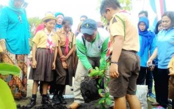 Wakil Wali Kota Palangka Raya, Mofit Saptono Subagio menanam pohon pada kegiatan Pengenalan Pelestarian Alam pada Anak-Anak Sekolah Dasar (SD) yang digelar Badan Penelitian dan Pengembangan (Balitbang) Kota Palangka Raya di SDN 4 Bukit Tunggal, Sabtu (4/1