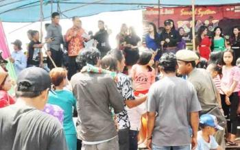 Bupati Kapuas Ir Ben Brahim S Bahat MM,MT. Ikut berjoget diatas panggung hiburan rakyat di Desa Dadahup Sabtu(4/11/2017).