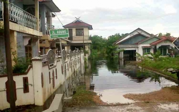 Jalan di komplek perumahan di Rt15 Kelurahan Kasongan Lama mulai digenangi air akibat curah hujan akhir-akhir ini tinggi