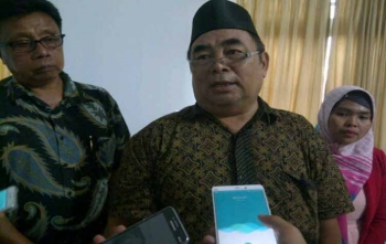 Pembina Utama Badan Pengembangan Sumber Daya Manusia Provinsi Kalimantan Tengah, Minsya T Djaling didampingi Kepala Dinas Penanaman Modal dan Pelayanan Terpadu Satu Pintu Kotim Jhoni Tangkere saat diwawancarai wartawan