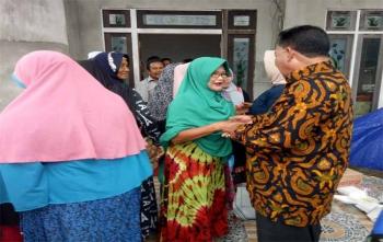 Bakal calon Bupati Sukamara, H M Syairi bersalaman dengan masyarakat Kecamatan Jelai, Sabtu (4/11/2017) \\r\\n\\r\\n