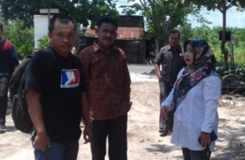 Anggota Komisi IV DPRD Kabupaten Kotim M Shaleh (tengah) saat memantau pekerjaan jalan, beberapa waktu lalu.