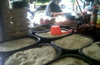 Salah satu kios sembako di Kasongan yang menjajakan beras lokal Katingan