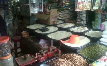 Salah satu kios sembako di Pasar Kasongan.