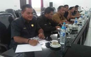 Anggota DPRD Gumas Untung Jaya Bangas (kiri) saat mengikuti rapat di Gedung DPRD Gumas beberapa waktu lalu.