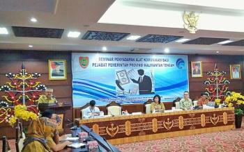 Kepala Dinas Komunikasi Informatika dan Persandian Kalteng Herson B Aden saat menjelaskan kegiatan seminar penyadapan yang menghadirkan narasumber dari Lemsaneg RI di lantai 3, kantor Gubernur Kalteng, Senin (6/11/2017).