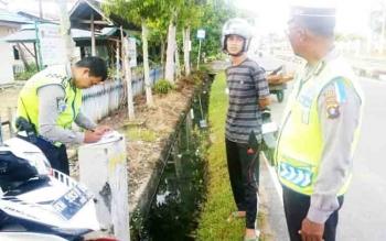 Jajaran Satlantas Polres Barito Selatan saat menggelar Operasi Zebra Telabang, Senin (6/11/2017).