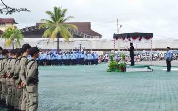 Bupati Barito Utara Nadalsyah saat memimpin apel gabungan di halman kantor Setda, Senin (6/11/2017).