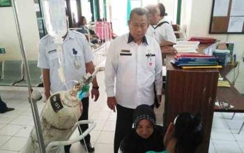 Kepala Dinas Kesehatan Robansyah saat melihat kondisi pasien anak di RSUD Muara Teweh, beberapa waktu lalu.