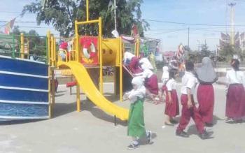 Anak-anak SD dan TK bermain di Taman Askari saat peresmian, Senin (6/11/2017).
