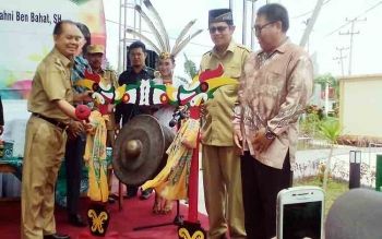 Bupati Kapuas, Ben Brahim S Bahat memukul gong tanda peresmian Taman Askari, Senin (6/11/2017)
