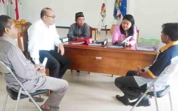 Salah satu komisioner KPU Provinsi Kalteng, Sepmi, saat mengecek berkas pendaftaran Parpol di KPU Lamandau, didampingi ketua dan beberapa komisioner KPU Lamandau, Senin (6/11/2017)