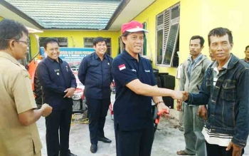 Anggota DPR RI asal Kalteng saat menyerahkan bantuan alsintan kepada petani.