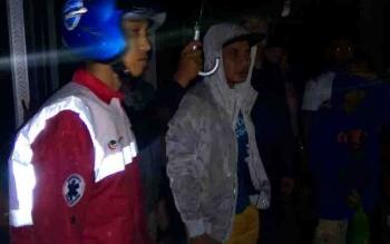 Bupati Kotim, Supian Hadi, turun langsung memantau kebakaran di kawasan Pasar Keramat Sampit.
