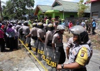 Aparat kepolisian terlihat berjaga-jaga di sekitar lokasi kejadian selama proses rekonstruksi.