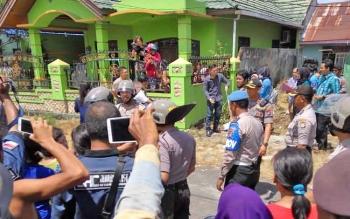 Warga menyaksikan jalannya rekonstruksi kasus ibu bunuh anak di Kompleks Bukit Ketimpun II, Kelurahan Bukit Tunggal, Kecamatan Jekan Raya, Kota Palangka Raya, Selasa (7/11/2017).