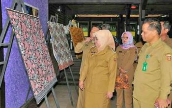 Bupati Kobar Nurhidayah sedang melihat proses desain batik