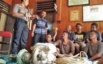 Kapolsek Parenggean, Kabupaten Kotim, Iptu Triyono Raharja saat mengintrogasi tersangka penambangan emas ilegal, Selasa (7/11/2017).