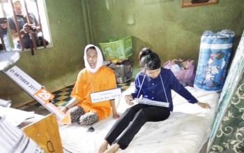 MU memperagakan salah satu adegan pembunuhan anaknya saat rekonstruksi, Selasa (7/11/2017).