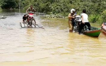 Keadaan Jalan Juking Pajang Kecamatan Murung Tergenang Air Luapan Sungai Baroto