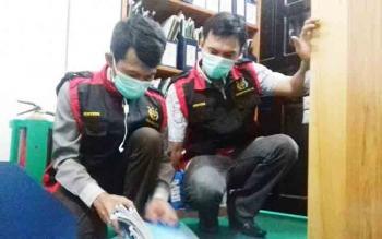 Kasi Pidana Khusus Kejari Kotim, Hendriansyah saat memimpin penggeledahan di kantor BPN.