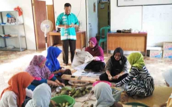 Kaum ibu-ibu dari beberapa desa di Kecamatan Seruyan Hilir Timur saat mengikuti kegiatan pelatihan pengolahan panganan dari bahan baku pisang kepok, Selasa (7/11/2017).