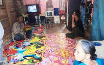 Kondisi rumah Abah Cuang yang belum selesai saat dikunjungi sejumlah awak media, Selasa (7/11/2017).
