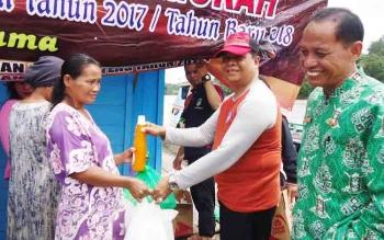 Dinas Perdagangan dan Perindustrian Kabupaten Barito Utara mengadakan operasi pasar di Desa Benao, Kecamatan Lahei Barat