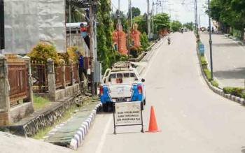 PLN Rayon Muara Teweh saat melakukan perbaikan jaringan listrik