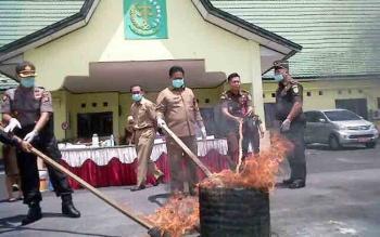Pemusnahan barbuk kasus pidana umum di Kejaksaan Negeri Pulang Pisau.