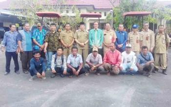 Anggota Komisi IV DPR RI Hamdani menyerahkan bantuan alsintan untuk petani di Kotim.
