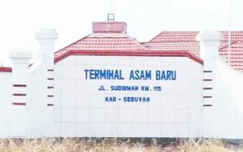 Tampak depan lokasi terminal Asam Baru yang berada di Kecamatan Danau Seluluk, yang menjadi lokasi dilakukannya uji KIR kendaraan secara berkala.